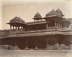 Reception room of the Jodh Bai Palace, seen from interior side of entrance, Fatehpur Sikri 1003597